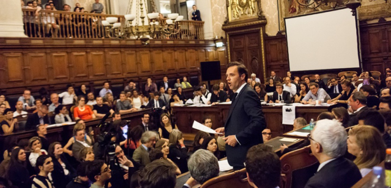 14064790-eloquence-coups-bas-et-champagne-house-of-cards-chez-les-avocats